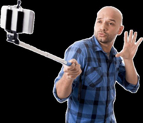 Ein Mann trägt einen Selfie Stick und nimmt einen Selfie von sich auf.